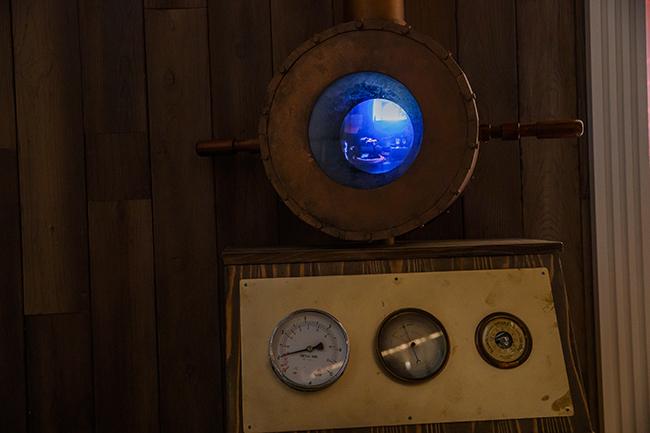 ムーミンパパの書斎はロフトの上にあるため、潜水スコープで覗くというユニークなスタイルで鑑賞します。