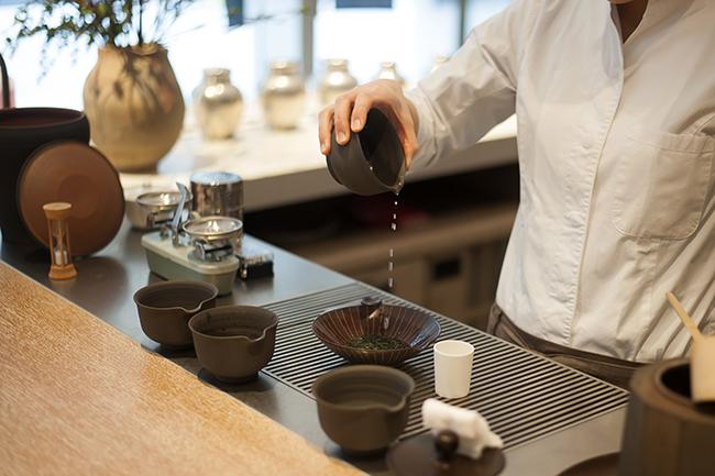 「茶葉に少量のお湯がしっかり浸るよう、平たい茶器を使ってお茶を淹れます。一煎目、二煎目を低い温度のお湯で抽出することで渋みや苦みが出ず、本来の玉露のおいしさを十分に活かして飲んでいただけます」
