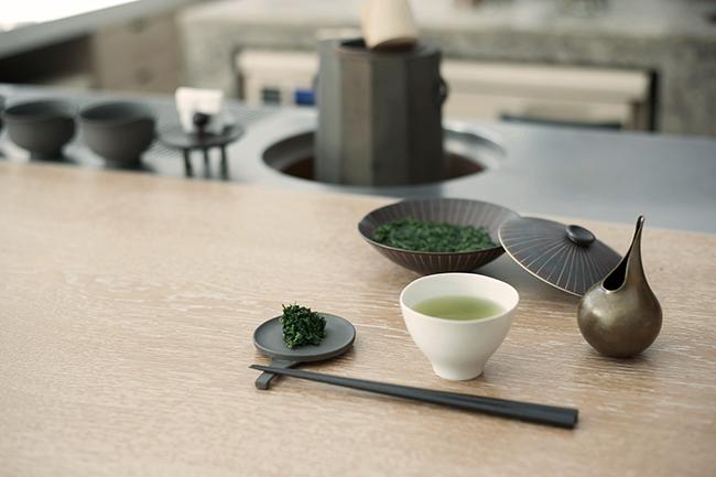 「玉露の茶葉は柔らかく香りがよいので、三煎目を入れたら茶葉をお召し上がりいただけます。そのまま食べても美味しいのですが、お店ではポン酢をご用意しています。ご自宅ではごはんを炊いたあとに茶葉を入れて茶飯にしたり、お浸しにしたりとお楽しみいただけます」