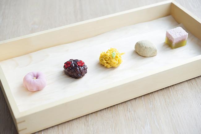 """「お茶には、""""御菓子司 日本橋 長門""""の季節の和菓子つき。練り切りやかのこなど、その日によって5種類ほどのお菓子から選ぶことができます」"""