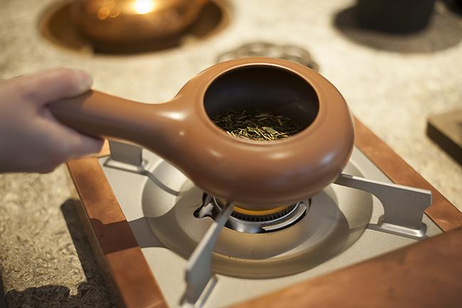「京ほうじ茶は茎茶と番茶を1分半ほど炒って煎じます。香ばしく甘い香りで、リラックスするような味わいです」