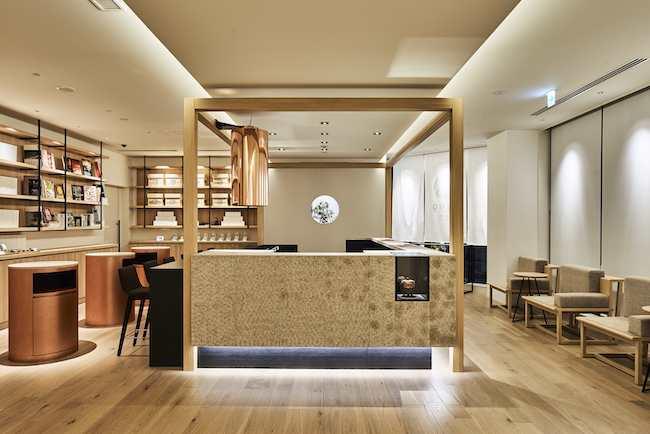 「茶室をイメージしてデザインされたロビーには、カウンターに茶釜があり、日本茶を淹れたり抹茶を点てたりと、お茶づくしのおもてなしでお迎えしています」(株式会社1899ホスピタリティ 広報部・山口沙織さん)