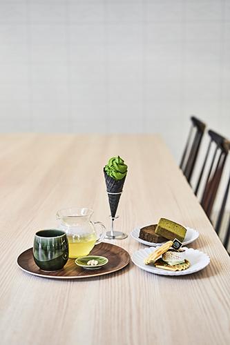 """「一階にはレストラン兼デリ""""DELI&BAR1899TOKYO""""があり、宿泊者向けのブッフェにも抹茶やお茶を使ったお茶料理が提供しています。ランチやカフェタイムには、ワクワクするようなお茶スイーツも用意しております」"""