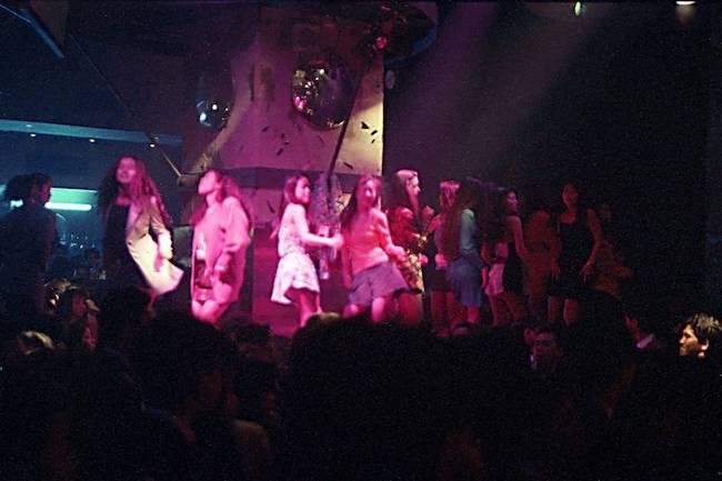 """写真は、1992年のジュリアナ東京の""""お立ち台""""を写す。"""