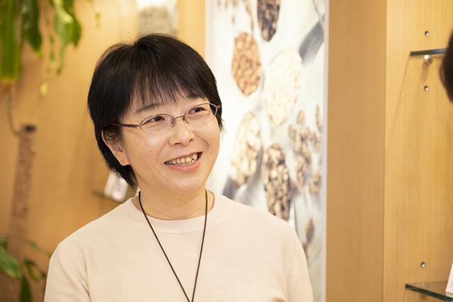 書籍『女性のための漢方生活レッスン』を監修した、薬日本堂の齋藤友香理さん。