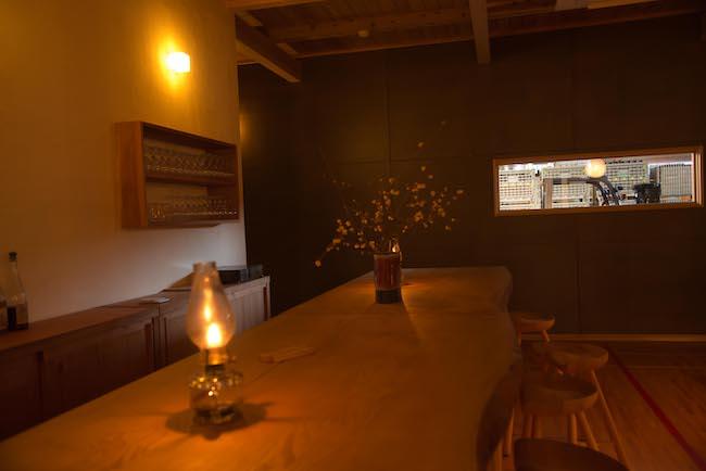 醸造所を覗けるテイスティングルームの調度品は、ほとんどが友人の作家によって作られた工芸品。アンティーク家具は、川崎町の専門ショップから仕入れた。