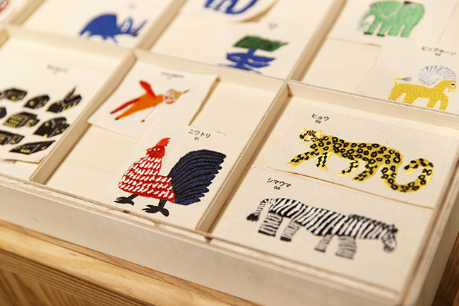 マークは動物、花、雑貨など200種類以上のサンプルから選ぶことができます。料金は1個500円~。手書きイラストは5000針まで2500円、5000針以上3500円とお手頃です。