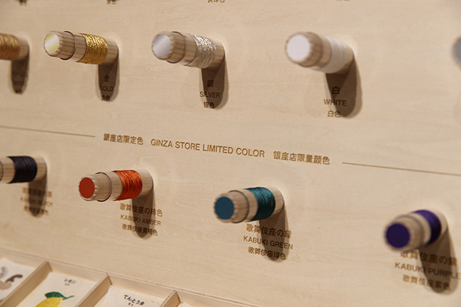 文字の書体は10種類。全26色から好きな色を選べます。銀座をイメージした限定色も8色用意されています。料金は10cm角内10文字まで500円~。