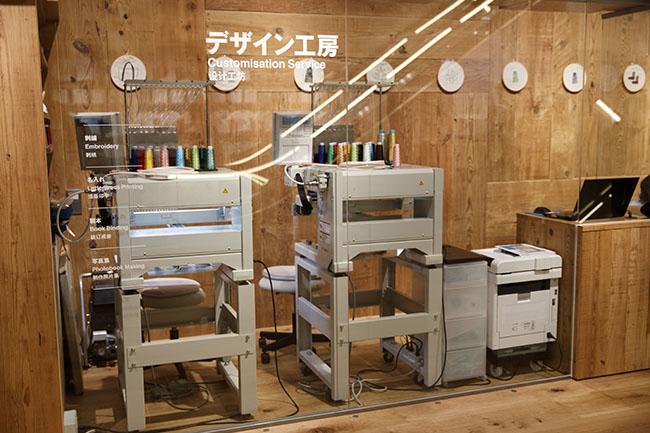 デザイン工房では刺繍の他に、本の仕立てサービスも。装丁をし直したり、表紙や本体をカスタマイズして、自分だけの一冊を作ることができます。お気に入りの写真を使って上製本写真ノートも創れるようです。