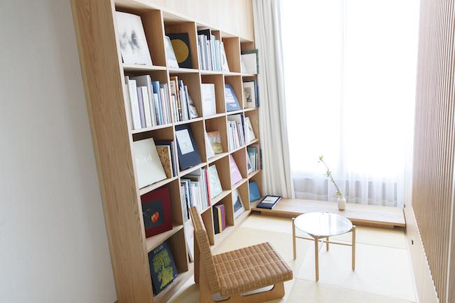 こちらの部屋にも、本棚が設置されています。上では閉じこもって本を読み耽りたいときに、ここでは開放的な空間でゆったりと読書を楽しみたいときに。