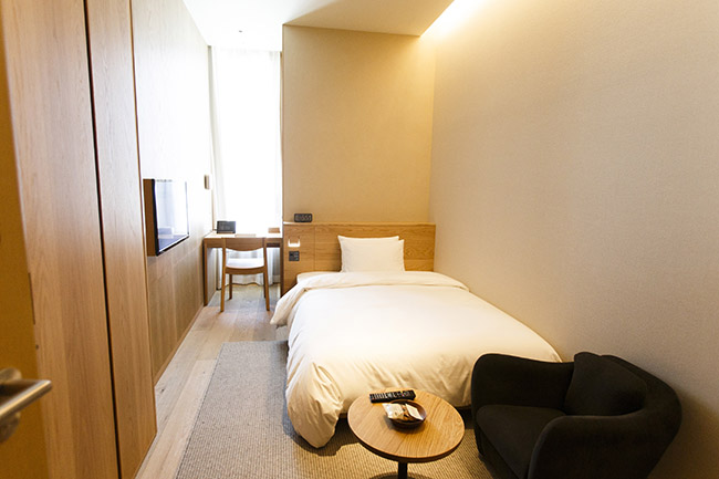 「TYPE A」は間口2100mmの最もコンパクトな細長い客室。入り口の扉を収納すぺーすとして使ったり、天井を高くすることで、圧迫感がなく安らぐ空間に整えています。ベッドのタイプはセミダブル。14~15㎡。定員2名。1万4900円。