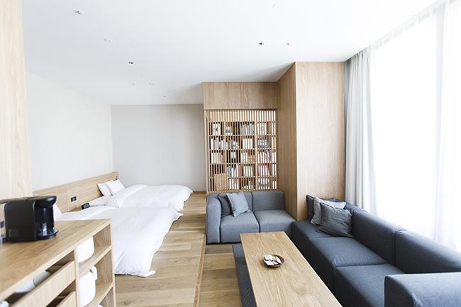 「TYPE I」は、1室だけの一番大きな客室。一番に奥にある畳のスペースには本棚があり、ゆったりとした空間で読書が楽しめます。浴室にはヒバの木のバスタブを備えています。ベッドのタイプはツイン。52㎡。定員1~4名。5万5900円(3名の場合は+5000円、4名の場合は+1万円)。