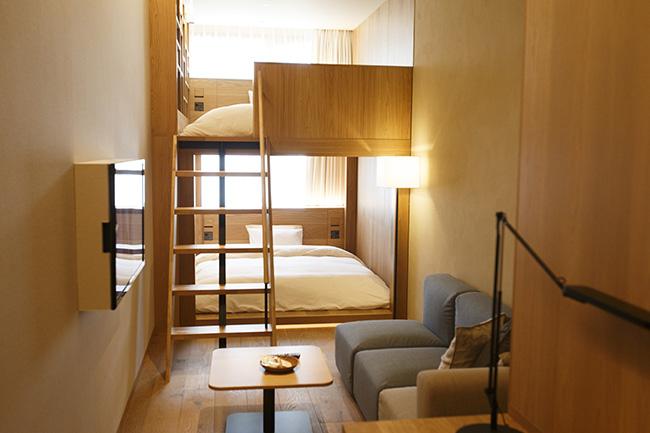 細長い空間ですがベッドの手前にはソファセットがあり、窮屈さを感じません。