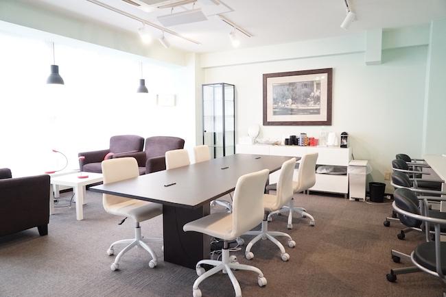 2階にあるメインオフィスは女性専用のスペースで、最大13人が入れる。ここでは大きなワーキングテーブルを囲みながら、打ち合わせをすることができる。ソファでくつろぎながら資料を読んだり、壁側の席で自分の仕事に集中したりする個人利用も可能。