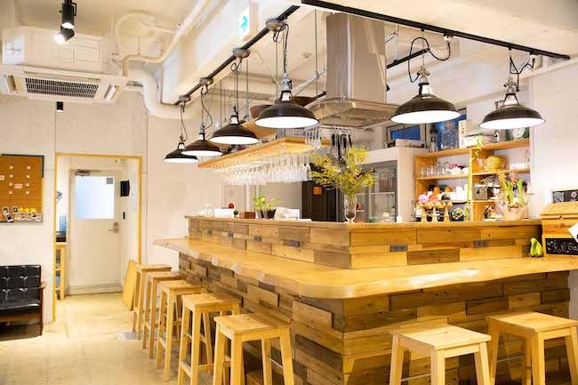 メインスペース内にカウンターテーブルのあるキッチンスペースがあり、自由に利用できる。ごはんを作ったりお酒を飲んだりしながら、利用者同士の交流が盛ん。スペース全体の貸切サービスがあるので、イベント会場としての利用も可能。