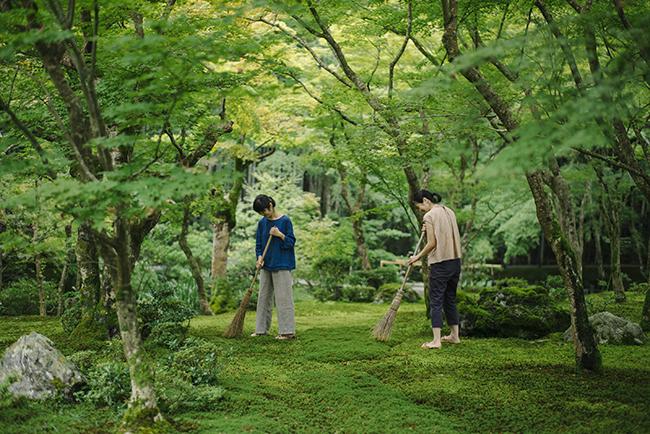 普段の作務体験では、草履を履くが、それでも充分ふかふかと苔の上を歩く感覚は体感できる。