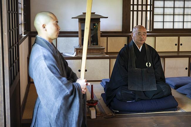 座禅を組むのは圓光寺の住職・大坪慶寛さん。さすがの安定感。