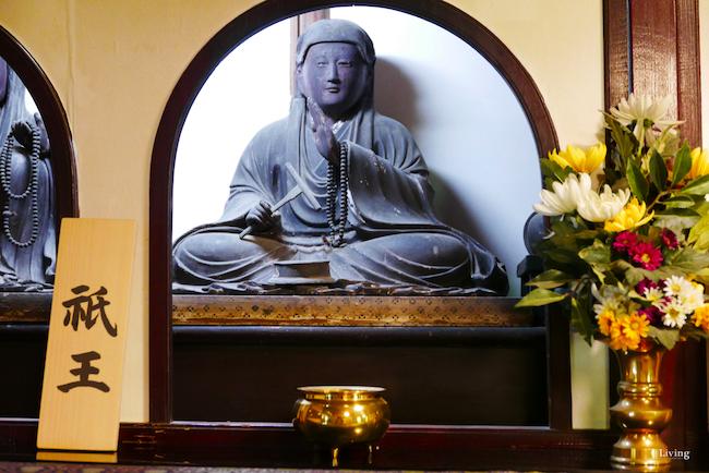 """仏壇には本尊のほかに祇王や祇女、母の刀自の像が。なかでも祇王と祇女の像は目が水晶で作られており、鎌倉時代の特徴を表す。また清盛の像もあるが、祇王を""""泣かせた""""男だけに、さすがに柱の陰に置かれている。"""