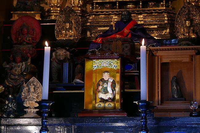 蓮久寺を救ってくださったという、大黒さまが本堂の中央に鎮座する。