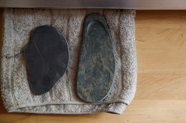 布巾に無造作に乗せられたふたつの石は、現在地球上で発見・採掘されている硯石の中で、最も優れているとされるもの。右が歙州硯、左が端渓硯と呼ばれ、いずれも中国で採掘されました。