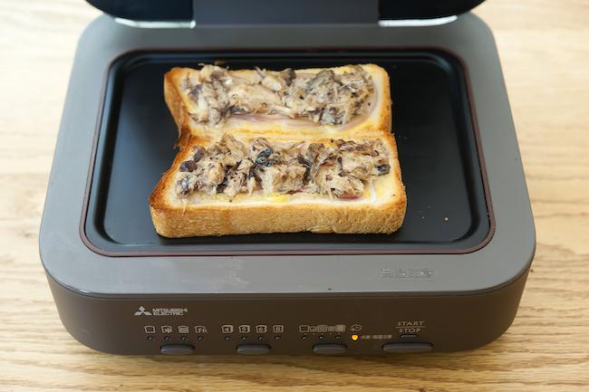 三菱電機「ブレッドオーブン」<焼き上がり>ジューシーにふっくらと焼き上がったサバの身と、表面はカリッとしつつも、ふんわりとしたやわらかさをキープした食パンの組み合わせが絶妙。