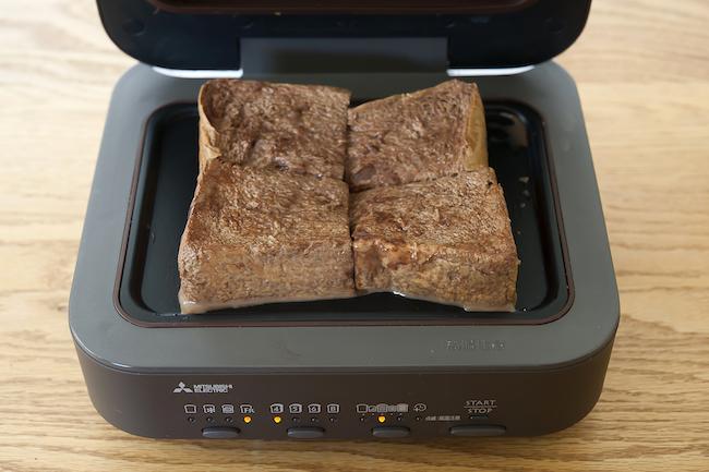 三菱電機「ブレッドオーブン」<焼く前の状態>たっぷりと卵液に浸したパンを、セットする。余分な卵液はキッチンペーパーで軽く拭き取る。