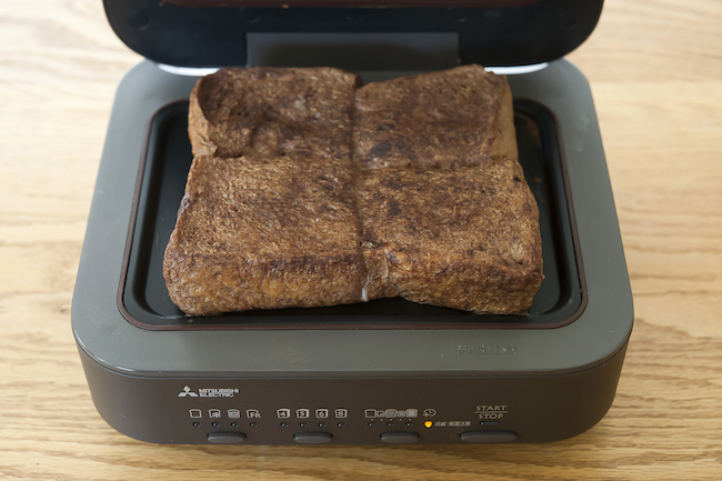 三菱電機「ブレッドオーブン」<焼き上がり>焼き始めよりも大きくふんわりとふくらんだ見た目と、甘いチョコレートの香りにテンションが上がるはず。全体はふわふわでありながらも、表面はカリッと焼き上がっている。