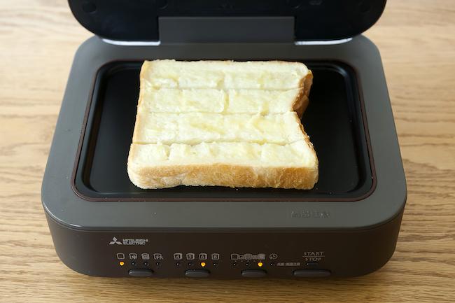 三菱電機ブレッドオーブン<焼く前の状態>縦4等分にカットした食パンを、横に並べて中央にセットする。
