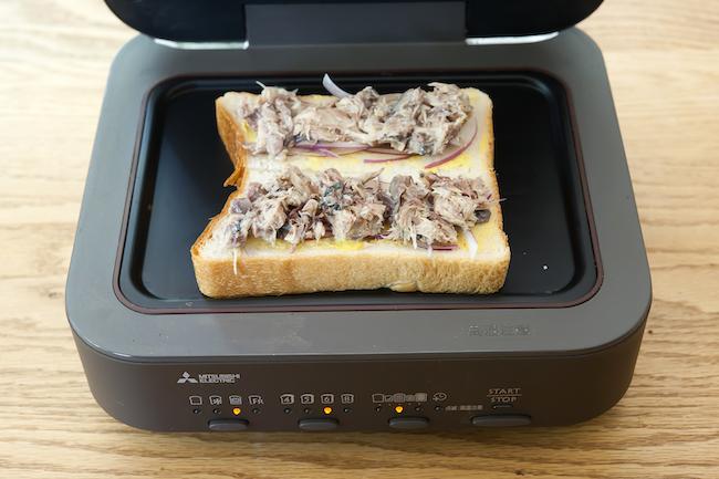 三菱電機「ブレッドオーブン」<焼く前の状態>食パンの上にたっぷりと具材を乗せる。