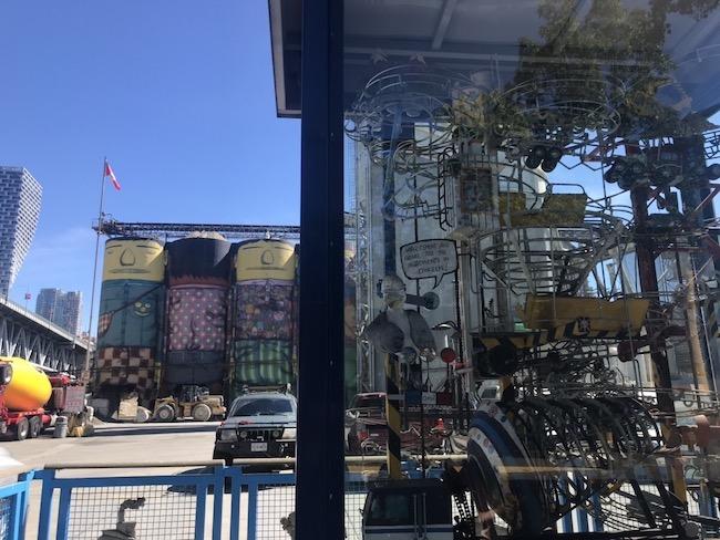 バンクーバーいちのにぎわいを見せるマーケット、グランビルアイランドには、ランドマーク的となっているセメント工場がある。