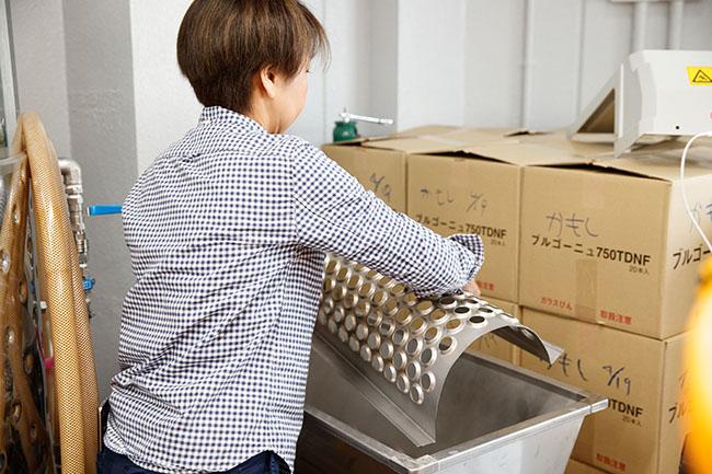 醸造所で作業をする須合さん。例えば除梗破砕機はイタリア製の小型のものを使用するなど、道具は女性の須合さんでも使いやすいものを選んでいる。