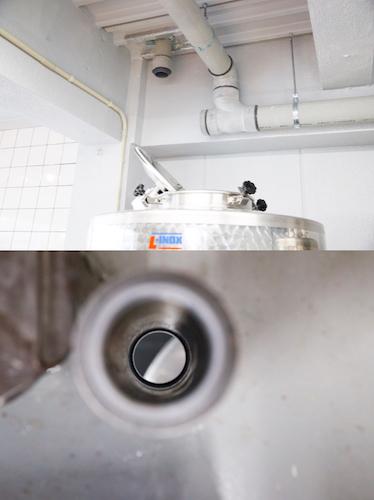下のタンクと上のタンクをホースで繋ぐ際に使用する、1階天井部に空いた穴。ワイナリー開設の際に、そのような作業を想定し設備会社に設置を依頼したという。
