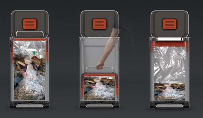 ↑ゴミ袋を取り付け、上部のハンドルを押し込んでゴミを圧縮します。圧縮時は袋の内側だけがゴミに触れる設計なので、ゴミ箱も清潔さを保てます