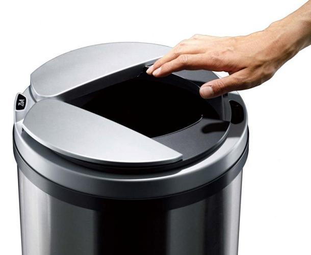 手をかざすと蓋が左右に開き、ゴミを捨てられます。両手でゴミを持っている際には特に便利。