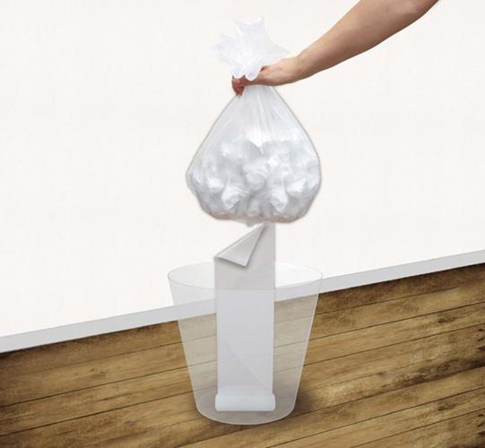 ゴミを捨てると下に新しいもう一枚が。新しいゴミ袋を取りに行ったり、使う一枚を取ったりする手間がなくなります。