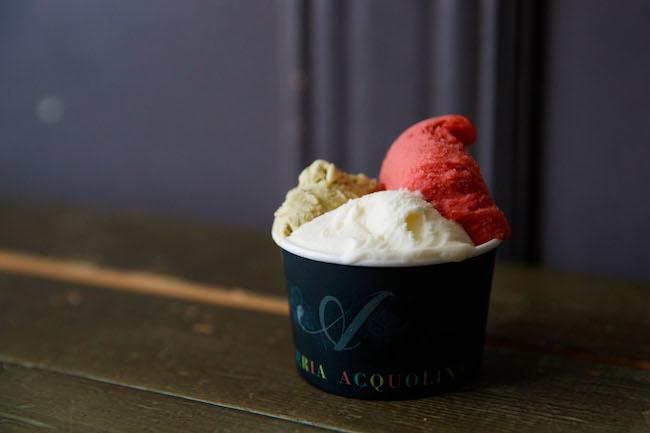 「カップ 3種盛り」は670円。左から、「ピスタッキオ」「フレッシュミルク」「プラム(レッドエース)」。