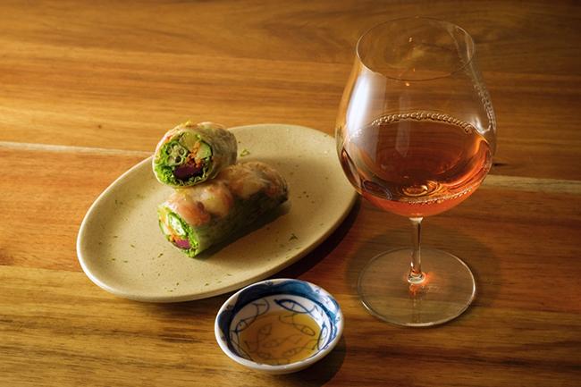 ベトナム料理の定番「エビの生春巻き」もAn Di流は個性的。エビの他には、オクラ、パイナップル、柴漬けがぎっしり、上にはかぼすの皮を削って。食材の個性が打ち消し合うことなく、口の中にはそれぞれの味わいの波が順番に訪れる。