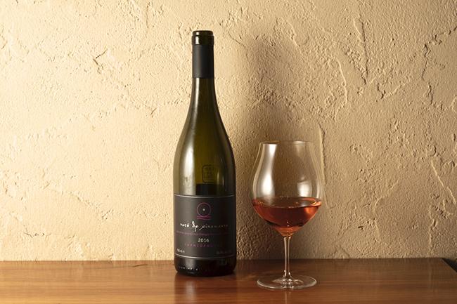 生春巻きにはクシノマヴロというギリシャ固有の品種を使ったロゼワイン「イマスィア ロゼ・ド・クシノマヴロ 2016」。チャーミングなベリーの香りと柴漬けの相性が抜群。チャーミングだけではなく、旨味のあるロゼワインが全体のバランスを整える。