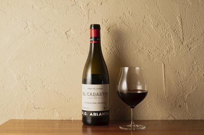 料理の苦味を誇張せず受け入れてくれるのは白ワインよりも断然赤ワイン、と大越さん。そしてタマリンドの酸味がワインをグッと引き寄せるそう。ただ赤ワインも苦味を許容するには渋すぎないこと。こちらはスペイン・リオハ産のモダンな造りの赤ワイン「オリヴィエ・リヴィエール エル カダストロ 2014」。クラッシクスタイルのリオハは渋くなりがちだが、モダンリオハは渋すぎず凝縮感がありそれが苦味をうまく受け入れる。
