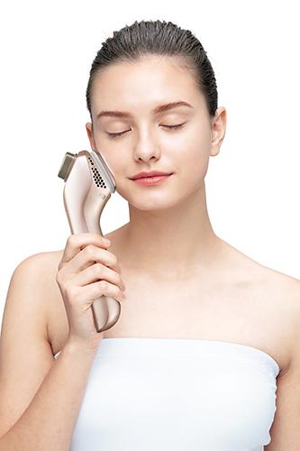 ヘッドを肌に当てるだけと、使い方も簡単。さらにシートマスクの上からも使用可能。