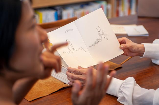 ↑ 革のブックカバーに包まれた『あゆみの世界一周ブック』は、1ページ毎に世界各国をイメージしたイラストが描かれている。
