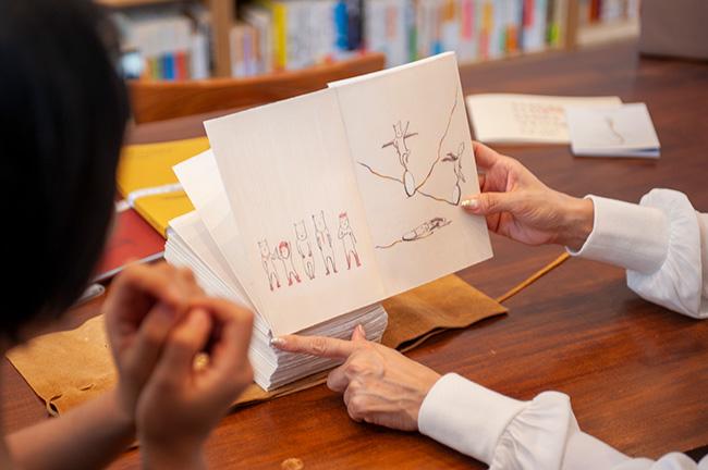 たとえば、左ページに描かれているのは「日本」のイラスト。同じ価値観やモラルの中で生きていながらも、他者との小さな小さな違いを楽しむ、もしくはそこに悩まされる国民性を表現したとのこと。人との違いを楽しめる国民性を表現したとのこと。
