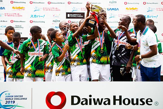 ナイジェリア選抜は、見守る周囲の人々から思わず笑みがこぼれるほど、優勝の喜びを本当に素直に身体全体で表していた。