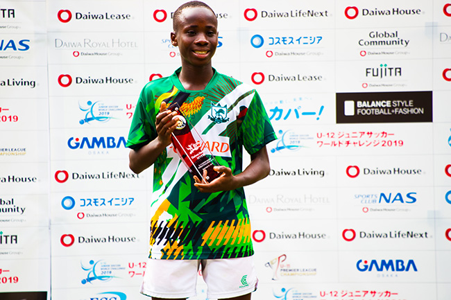 MVPを獲得したナイジェリア選抜のオボンナヤ・サンデー・エジケ選手。ゲーム中のキャプテンシ―溢れる行動とは裏腹に、素顔はとても素朴でシャイな少年。その将来がとても楽しみだ。