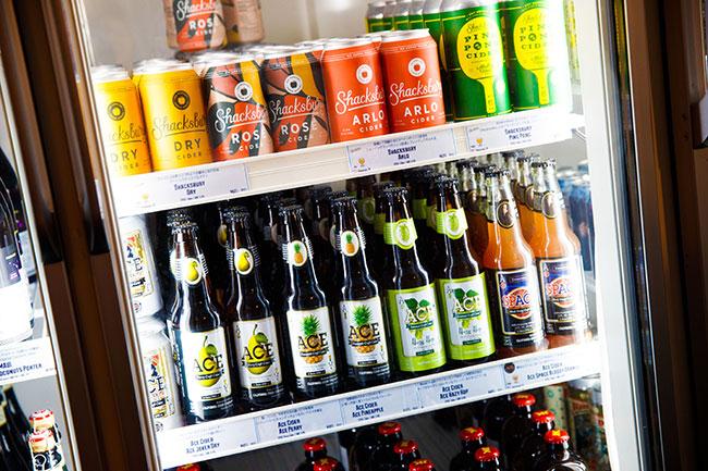 ↑同店の冷蔵ショーケースには、ビールなどのほか、数多くのシードルが並ぶ。