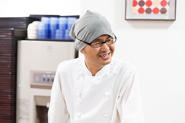 伊藤誉志料理長。「魚でいえば、この秋冬はカレイの王様といわれるナメタカレイを使った煮つけがオススメです。10月中旬になればカキも入ってきますよ」。