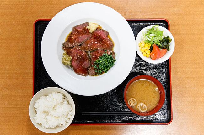 「イワシ鯨ステーキ膳」1000円。御膳類にはサラダ、白飯、みそ汁が付いてきます。