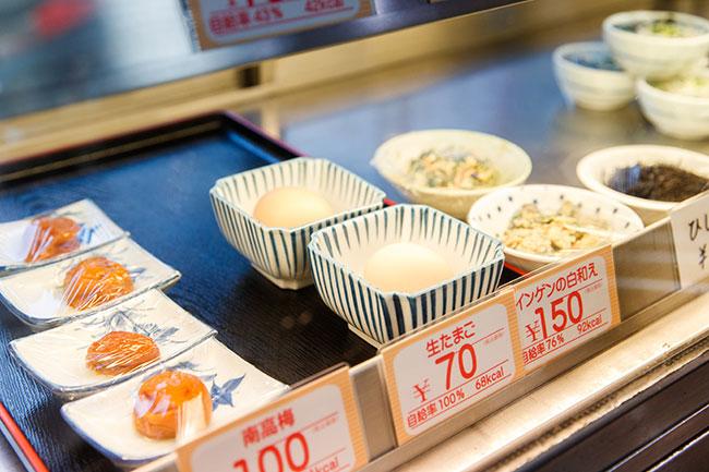 カフェテリアメニューの小鉢のコーナー。ほかに肉や魚を使った主菜がそれぞれ8品、フライが4品、その他の惣菜が3品程度並びます。