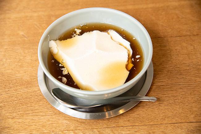 同店を訪れたら一度は食べたいプレーンな「豆花」(500円・税抜)。毎朝豆腐店から豆乳を仕入れており、固めるのににがりを使っている。動物性の食材は使っていないので、ビーガンスイーツでもある。