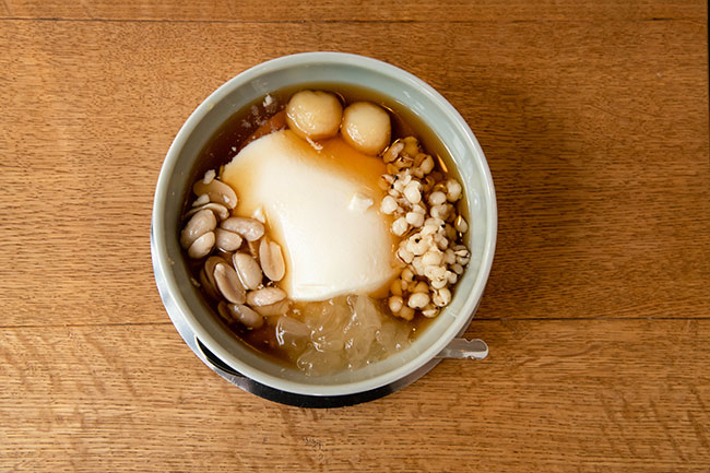 温かい豆花は、豆花自体の豆の味をより感じられる。日本のぜんざいに近いイメージ。